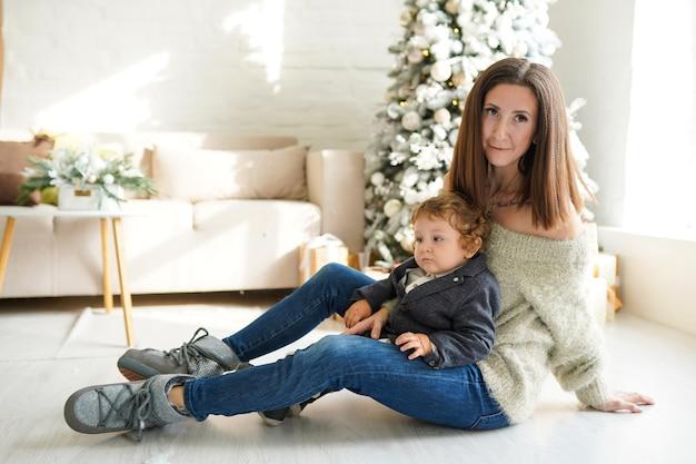 Giovane madre con il suo bambino a natale