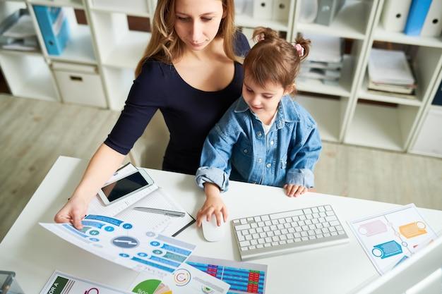 Giovane madre sul posto di lavoro