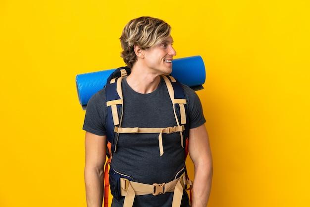 Uomo giovane alpinista isolato