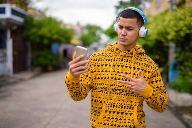 Giovane uomo asiatico multietnico nelle strade all'aperto Foto Premium