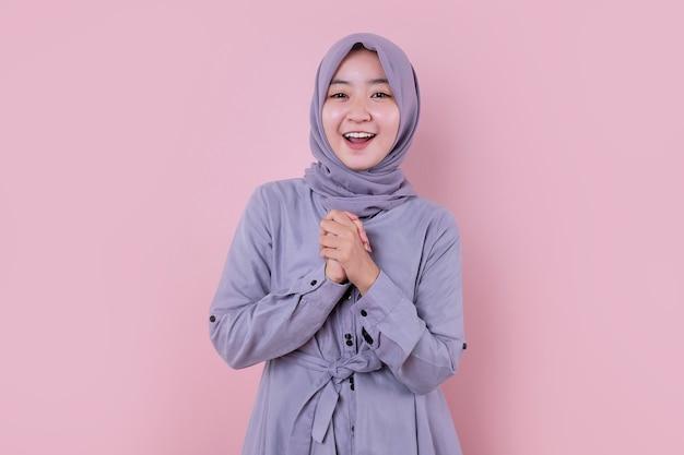 Giovane musulmano indossare velo qualcosa di sorpreso