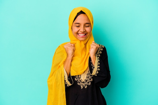 Giovane donna musulmana isolata come concetto di vittoria