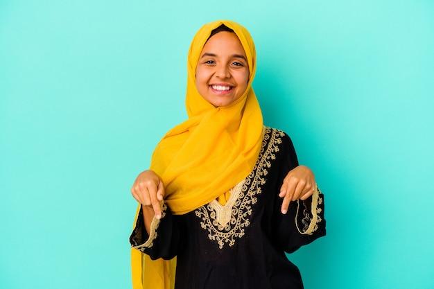 Giovane donna musulmana isolata