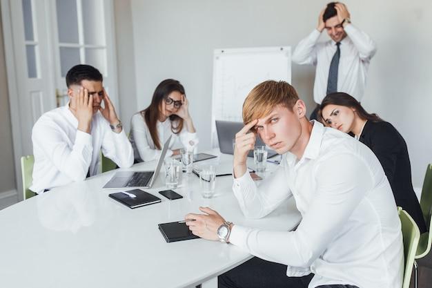 I giovani impiegati stanno valutando un nuovo progetto in una moderna sala conferenze.