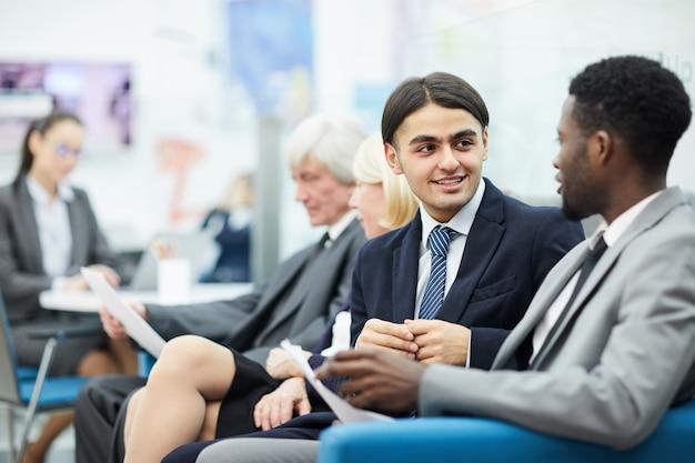 Conversazione di giovani impiegati