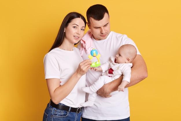 Giovani genitori con bambino