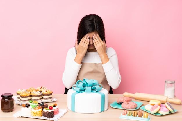 Giovane donna pastery sul muro