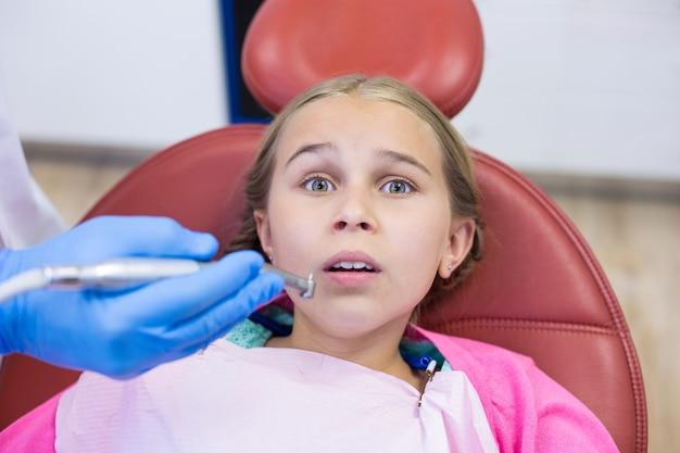 Giovane paziente spaventato durante un controllo dentale