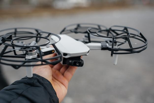 I giovani stanno preparando un drone per il volo. configurazione del drone.
