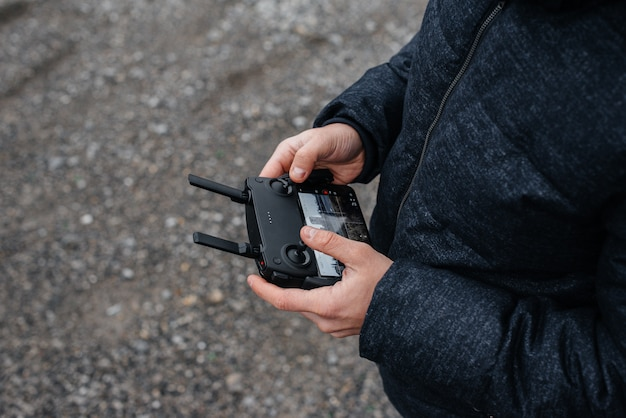 I giovani stanno preparando un drone per il volo. impostazione del telecomando.