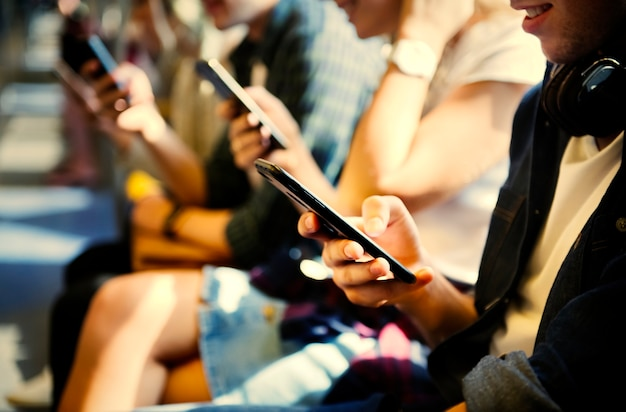 Giovani attaccati ai loro smartphone