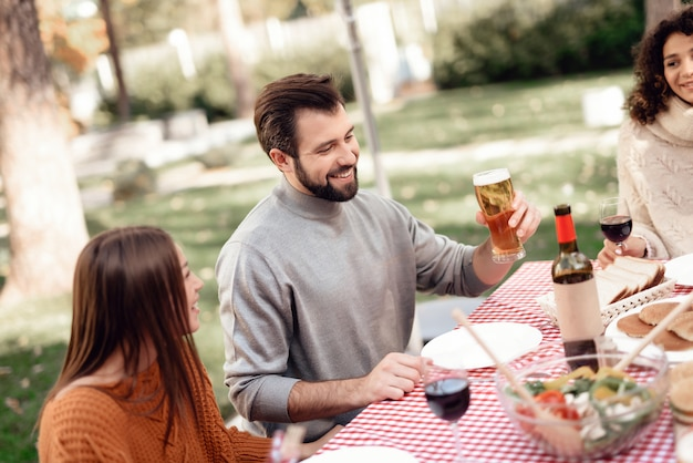 I giovani si sono riuniti per un barbecue.