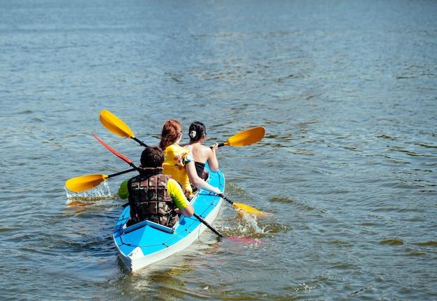 Giovani in canoa. vacanza in famiglia.