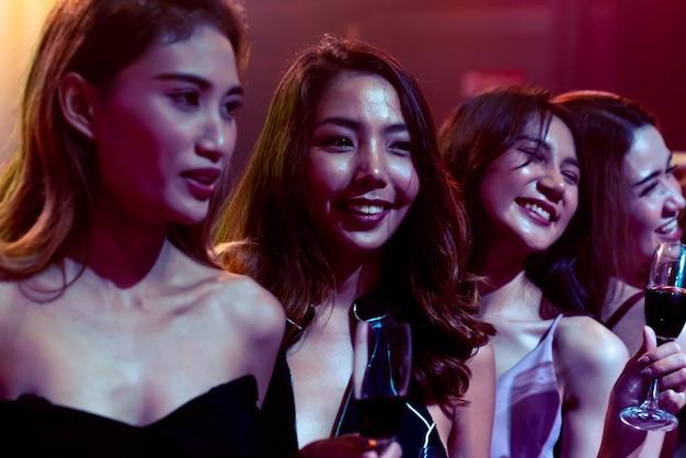 Giovani che celebrano una festa, bevono e ballano