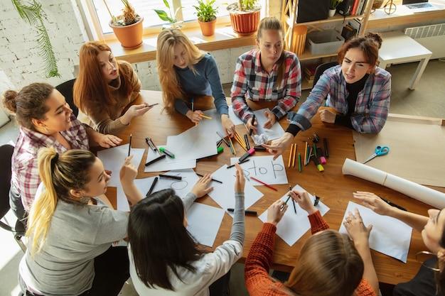 Giovani che discutono di diritti e uguaglianza delle donne in ufficio