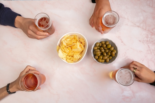 I giovani bevono birre e si divertono a tavola