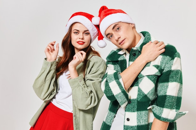 Giovani in cappelli festivi in uno spazio luminoso natale capodanno