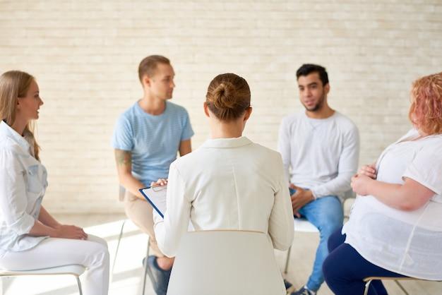 Giovani nella sessione di formazione di gruppo