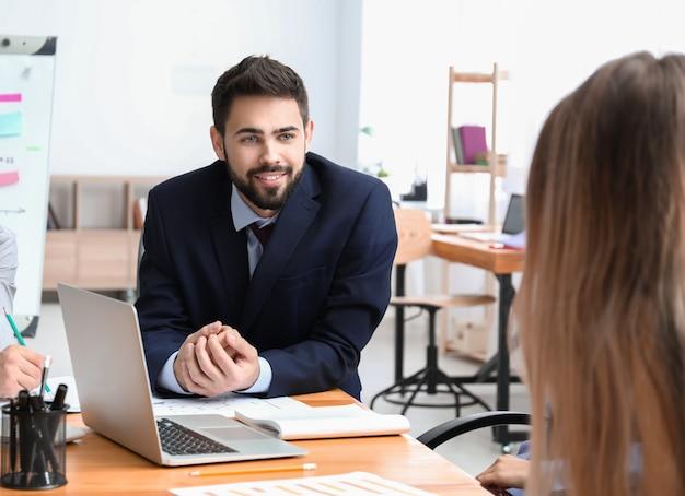 Giovani che hanno riunione di lavoro in ufficio