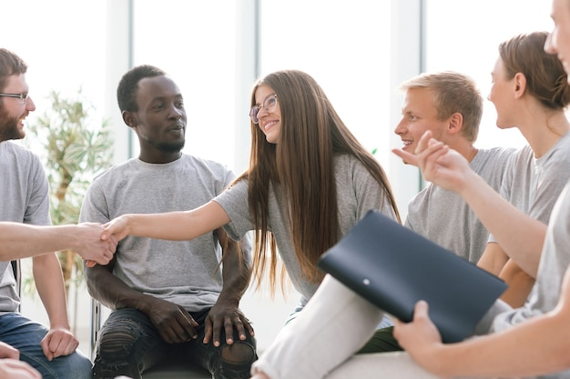 I giovani si stringono la mano durante il colloquio