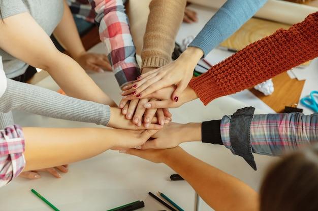 I giovani si stringono la mano mentre discutono dei diritti delle donne e dell'uguaglianza in ufficio. donne d'affari o impiegati caucasici si incontrano per problemi sul posto di lavoro, pressioni maschili e molestie.