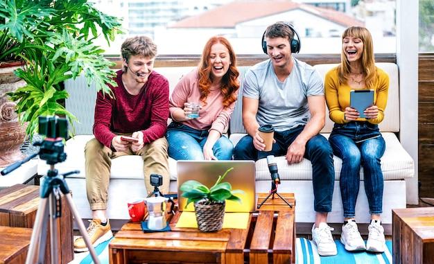Giovani startupper che si divertono sulla piattaforma streaming con web cam