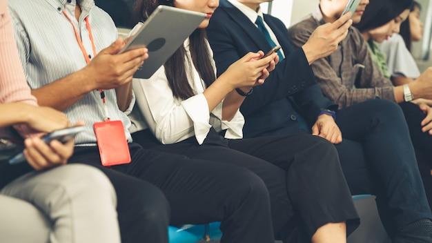 I giovani che utilizzano il telefono cellulare in metropolitana pubblica