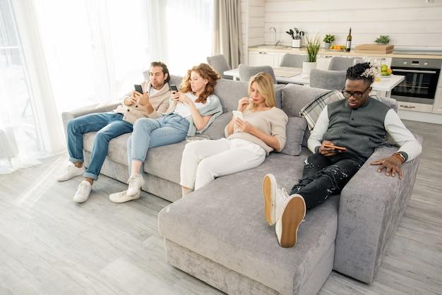 Giovani con gli smartphone