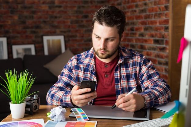 Giovane designer di prospettiva con tavoletta grafica in ufficio moderno