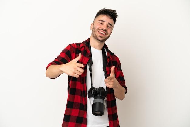 Giovane fotografo caucasico uomo isolato su sfondo bianco rivolto verso la parte anteriore e sorridente
