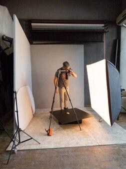 Un giovane fotografo passa a fotografare. fotografia involontaria