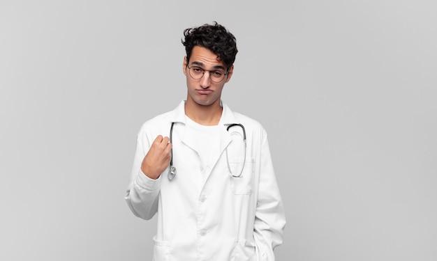 Giovane medico che sembra arrogante, di successo, positivo e orgoglioso, indicando se stesso