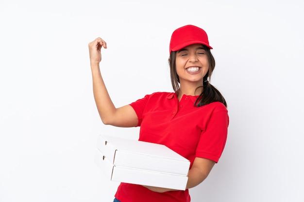 Giovane donna di consegna pizza su bianco isolato che fa gesto di chitarra