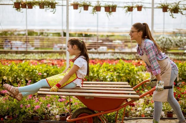 Giovane fiorista giocoso godendo il lavoro