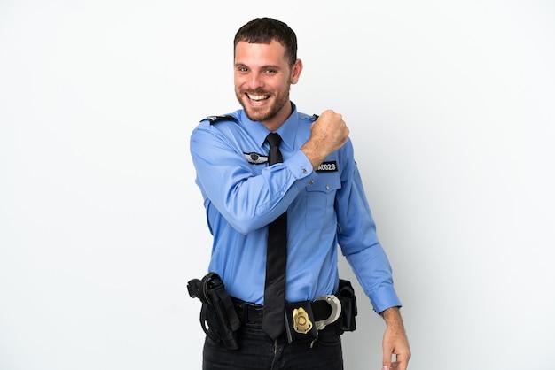 Giovane uomo brasiliano della polizia isolato su sfondo bianco che celebra una vittoria