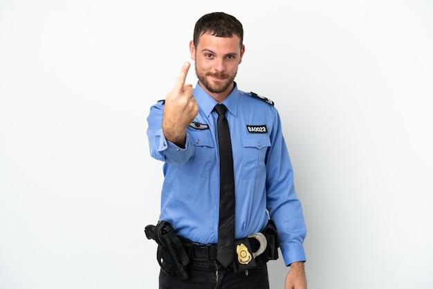 Giovane uomo brasiliano della polizia isolato su fondo bianco che fa il gesto venente