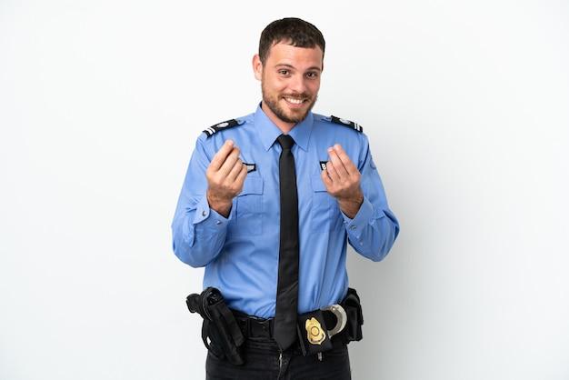 Giovane uomo brasiliano della polizia isolato su fondo bianco che fa il gesto dei soldi