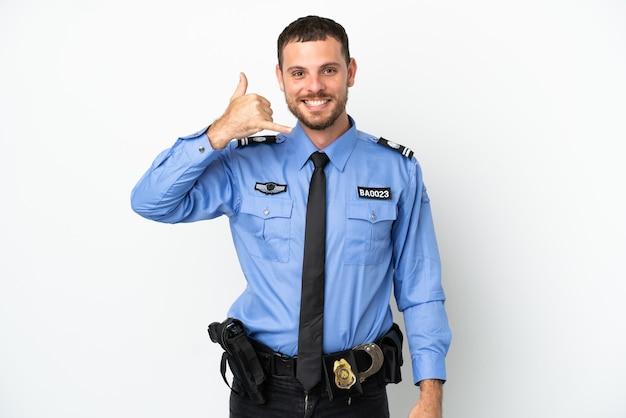 Giovane uomo brasiliano della polizia isolato su fondo bianco che fa gesto del telefono. richiamami segno