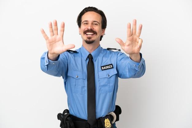 Giovane poliziotto su sfondo isolato bianco contando nove con le dita