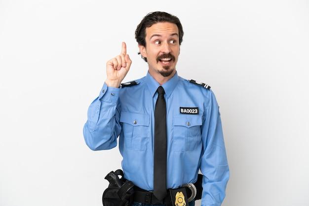 Il giovane poliziotto su sfondo bianco isolato con l'intenzione di realizzare la soluzione sollevando un dito verso l'alto
