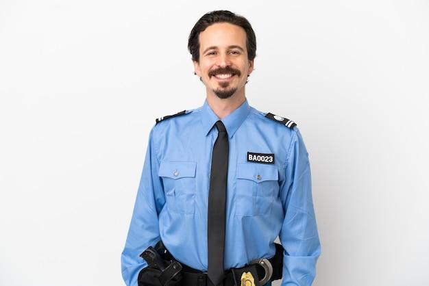 Giovane poliziotto su sfondo bianco ridendo isolato