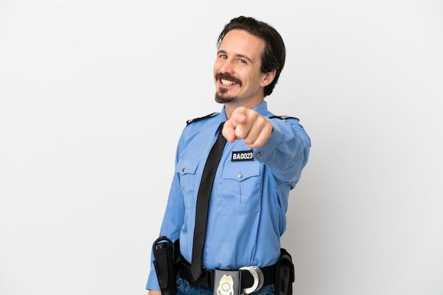 Il giovane poliziotto su sfondo bianco punta il dito contro di te con un'espressione sicura