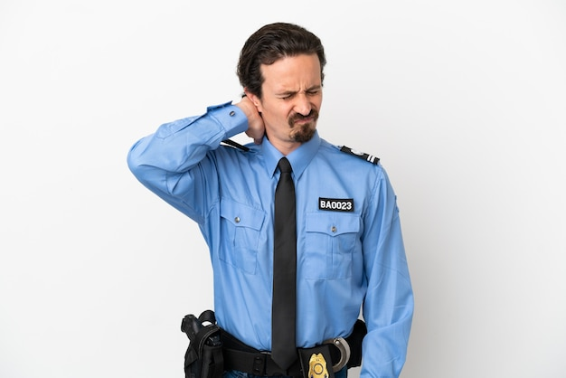 Giovane poliziotto su sfondo bianco isolato con mal di collo