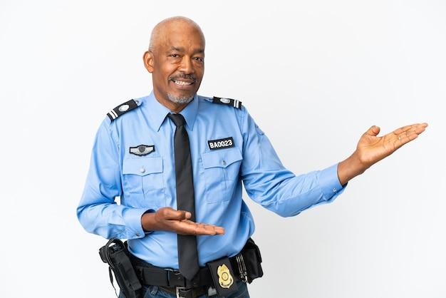 Giovane poliziotto isolato su sfondo bianco che allunga le mani ai lati per invitare a venire