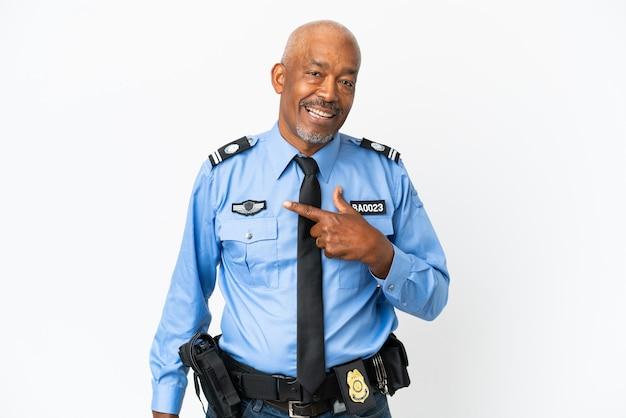 Giovane poliziotto isolato su sfondo bianco con espressione facciale a sorpresa