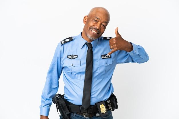 Giovane poliziotto isolato su superficie bianca che fa gesto del telefono. richiamami segno