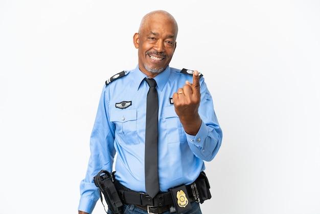 Giovane uomo della polizia isolato sulla parete bianca che fa il gesto venente