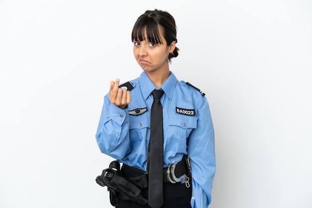 La giovane donna della corsa mista della polizia ha isolato il fondo che fa i soldi gesture