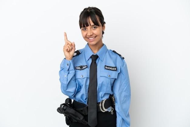 La giovane donna della corsa mista della polizia ha isolato il fondo che mostra e che alza un dito nel segno del best