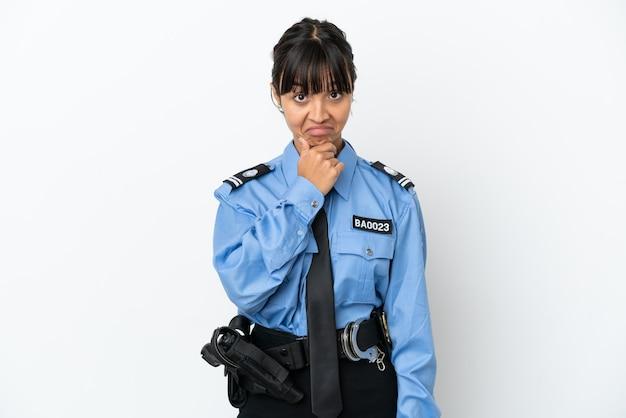 La giovane donna della corsa mista della polizia ha isolato il pensiero del fondo